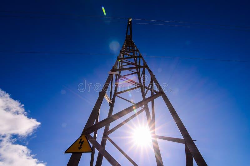 Torre eléctrica de alto voltaje de la transmisión fotos de archivo