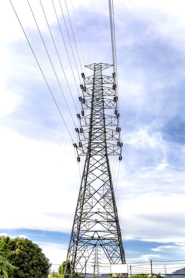 Torre eléctrica de alto voltaje del hierro de la transmisión con las líneas eléctricas de alto voltaje imágenes de archivo libres de regalías