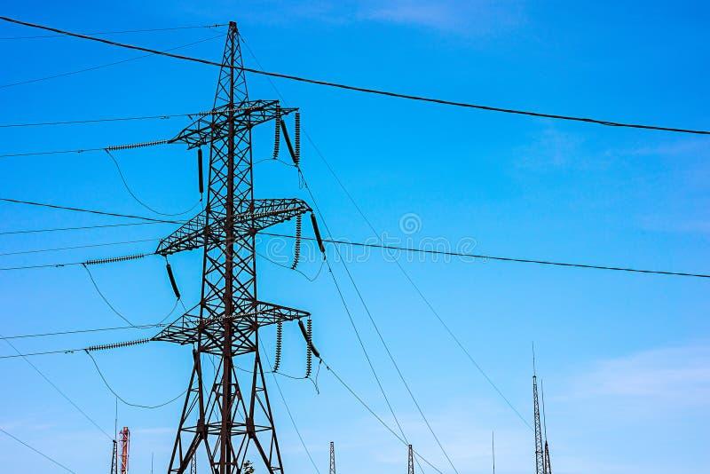 Torre elétrica do metal com condutores de alta tensão imagens de stock royalty free