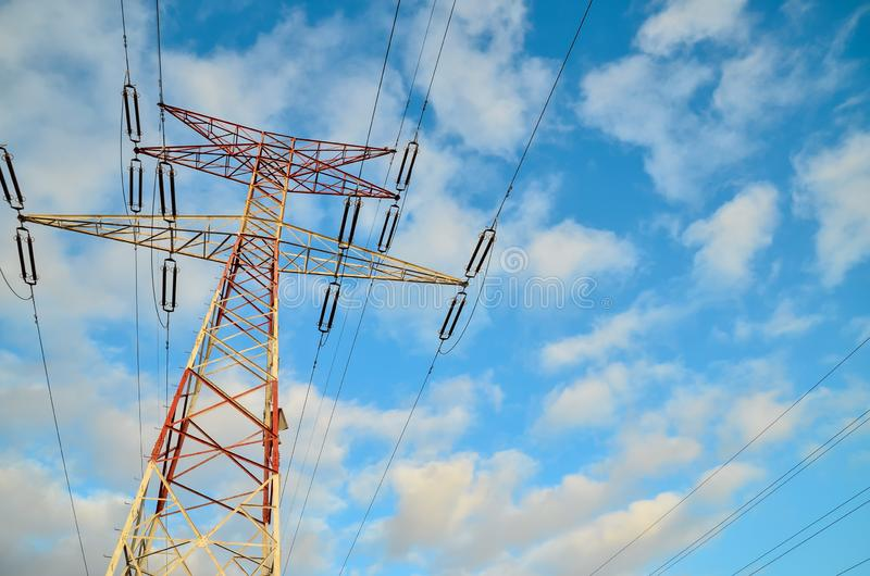 Torre el?ctrica de alto voltaje de la transmisi?n foto de archivo libre de regalías