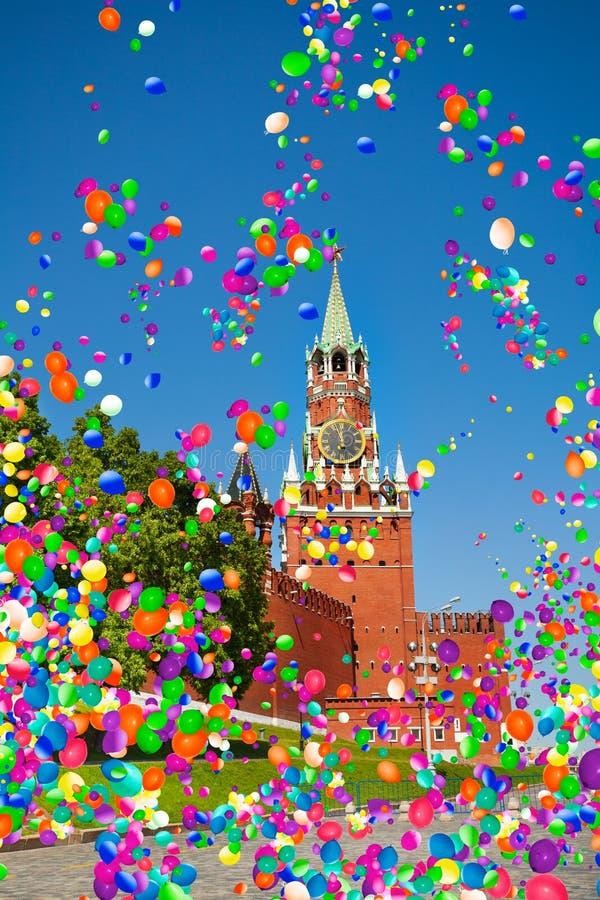 Torre el Kremlin Moscú de Spasskaya, con los balones de aire fotografía de archivo libre de regalías