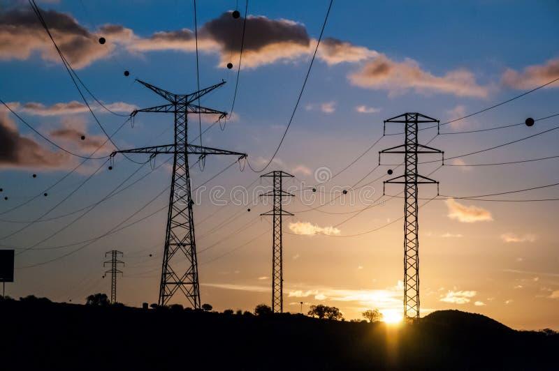 Torre elettrica ad alta tensione della trasmissione fotografie stock libere da diritti
