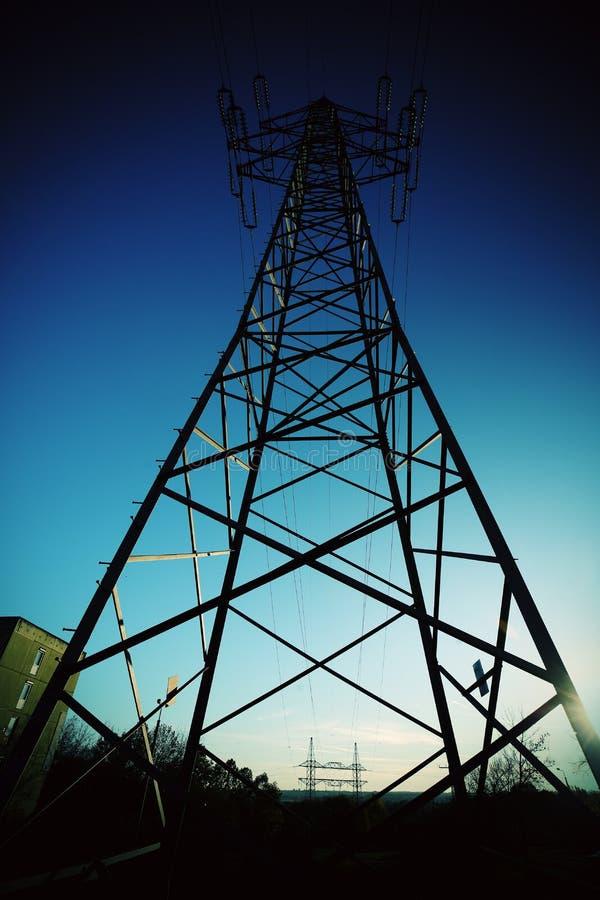 Torre elettrica del cavo nella vista dell'angolo alto immagine stock libera da diritti