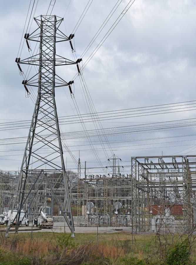 Torre elettrica della trasmissione e della sottostazione elettrica fotografia stock libera da diritti