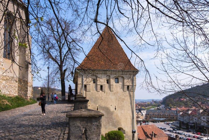 A torre em Sighisoara, um local do ferreiro de Herritage do mundo na região da Transilvânia de Romênia, em um dia ensolarado fotografia de stock royalty free