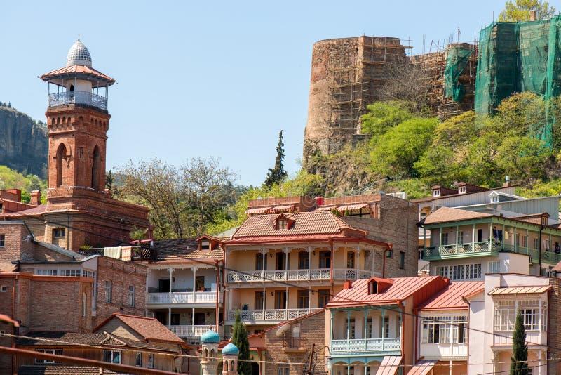 Torre en el parque viejo de Tbilisi fotos de archivo