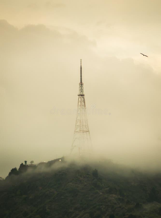 Torre en un día de niebla foto de archivo