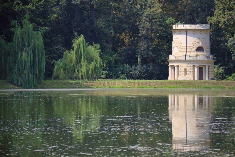 Torre en un lago imagen de archivo libre de regalías