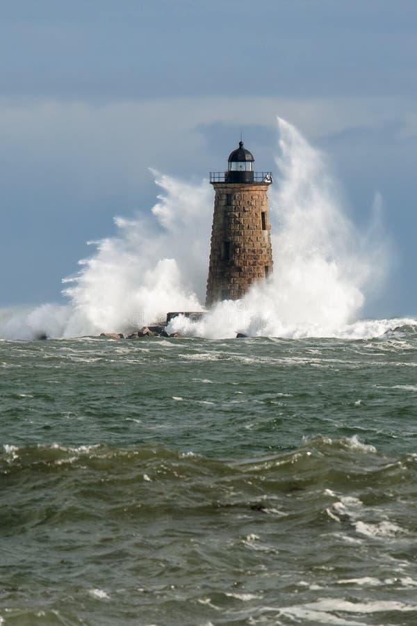 Torre enorme do farol da pedra da bordadura das ondas em Maine imagens de stock royalty free