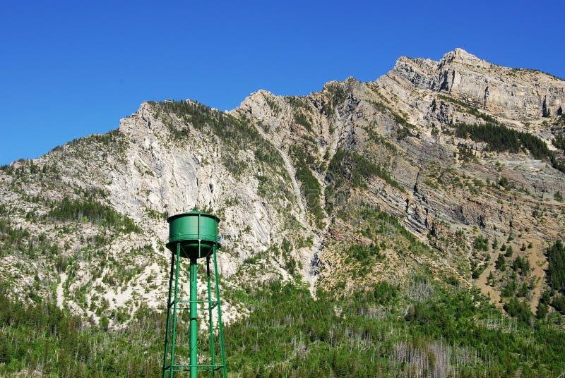 Torre escarpada del acantilado y de agua de la montaña foto de archivo libre de regalías