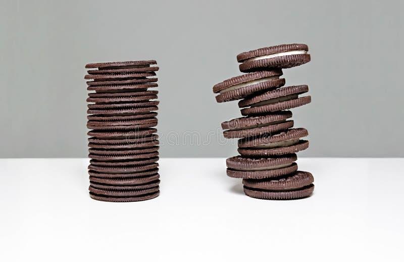 Torre estacada das cookies de Oreo foto de stock