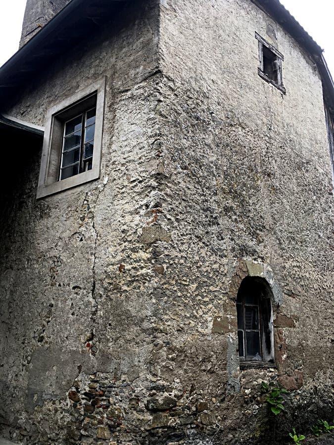 Torre europea vieja de la esquina de la casa de la granja imagen de archivo libre de regalías