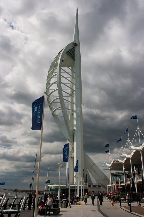 A torre famosa da vela de fortuna no porto de Portsmouth na costa sul de Inglaterra com o negócio local que retorna a seus escrit foto de stock royalty free