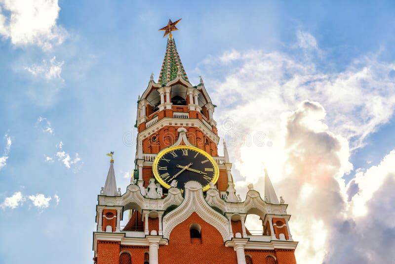 A torre famosa de Spasskaya do Kremlin de Moscou fotografia de stock