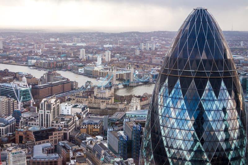 Torre famosa del cetriolino di Londra con un ponte della torre su un fondo immagini stock libere da diritti