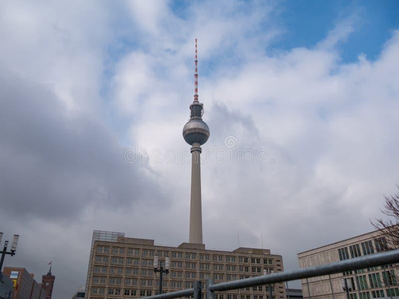 Torre Fernsehturm da tevê de Berlim em Berlim do leste, vista de Alexanderplatz fotos de stock royalty free