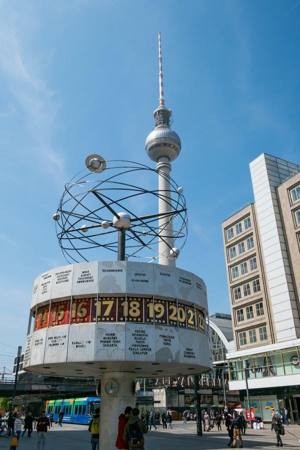 A torre Fernsehturm da tevê e o mundo famoso cronometram em Alexanderplatz em Berlim imagem de stock