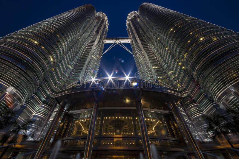 Torre gêmea de Petronas no tempo azul das horas fotografia de stock royalty free