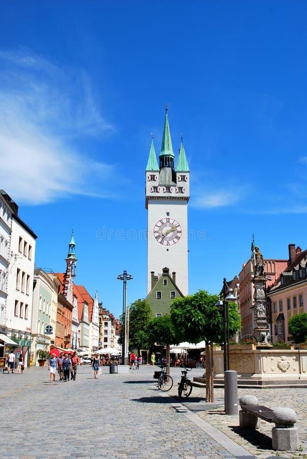 A torre gótico da cidade no centro histórico de Straubing imagem de stock