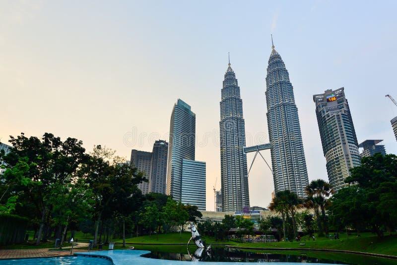 Torre gemela en el crepúsculo en Kuala Lumpur, Malasia fotografía de archivo