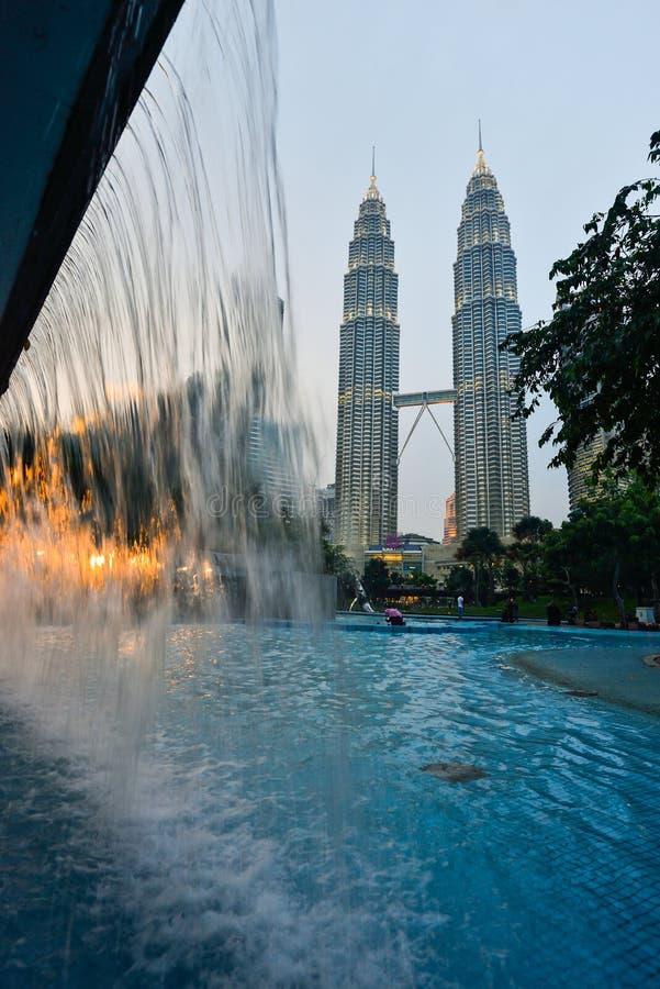 Torre gemela en el crepúsculo en Kuala Lumpur, Malasia foto de archivo libre de regalías