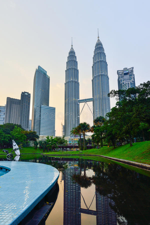 Torre gemela en el crepúsculo en Kuala Lumpur, Malasia foto de archivo