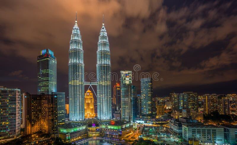 Torre gemela iluminada de Petronas foto de archivo