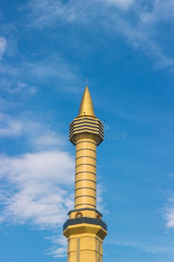 Torre gialla della moschea in un cielo blu immagine stock libera da diritti