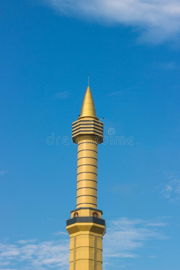 Torre gialla della moschea in un cielo blu fotografia stock libera da diritti