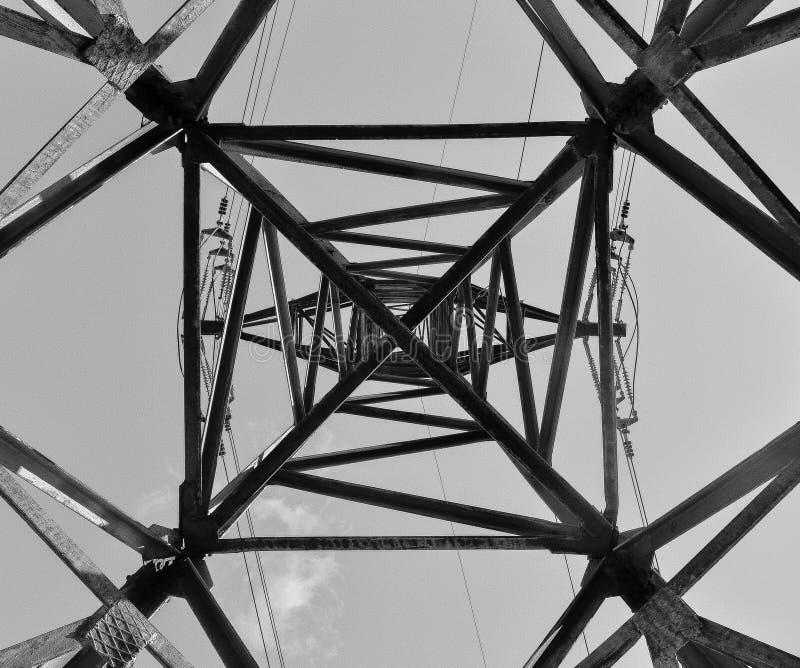 Torre greyscale abstrata da linha elétrica fotos de stock