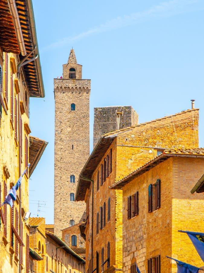 Torre Grossa, torre grande Visión inferior desde las calles medievales de San Gimignano, Italia fotos de archivo libres de regalías