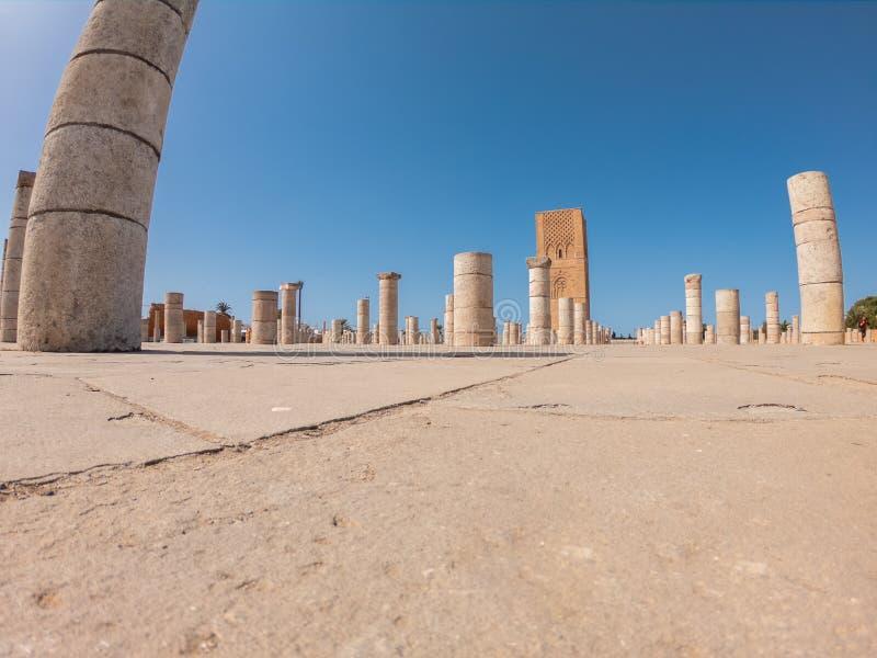 Torre Hassan en Rabat, minarete marroquí de mezquita incompleta con 348 columnas alrededor imagen de archivo