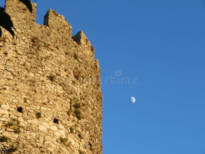 Torre hermosa del período medieval para proteger la ciudad fotos de archivo