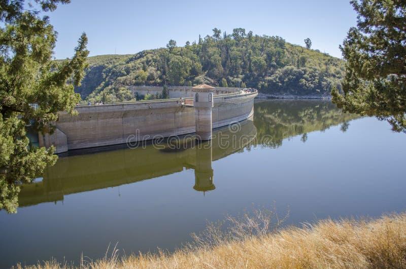 Torre hidroeléctrica de la presa fotos de archivo libres de regalías