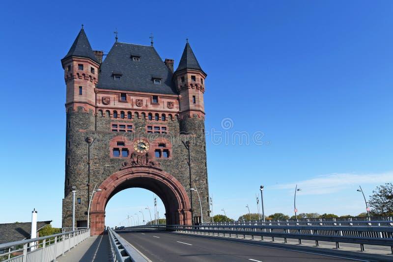Torre histórica de monumento cultural chamada Nibelungenbrücke ou Nibelungentor, na ponte sobre a cidade de Worms na Alemanha imagem de stock royalty free