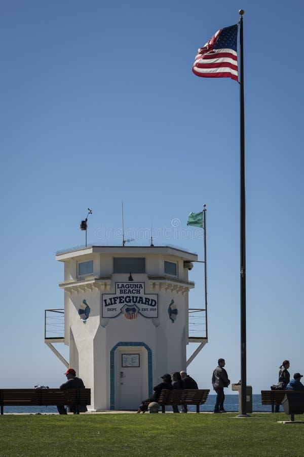 Torre icónica del salvavidas del Laguna Beach en un día de invierno soleado fotos de archivo