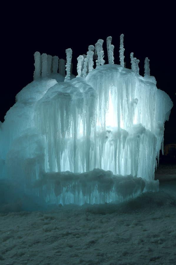 Torre iluminada Aquamarine del hielo en la noche imagen de archivo libre de regalías