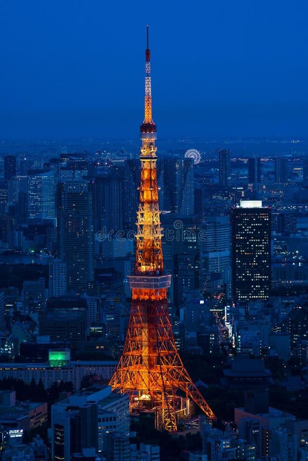 Torre iluminada y horizonte de Tokio en la noche de Roppongi Hills fotos de archivo