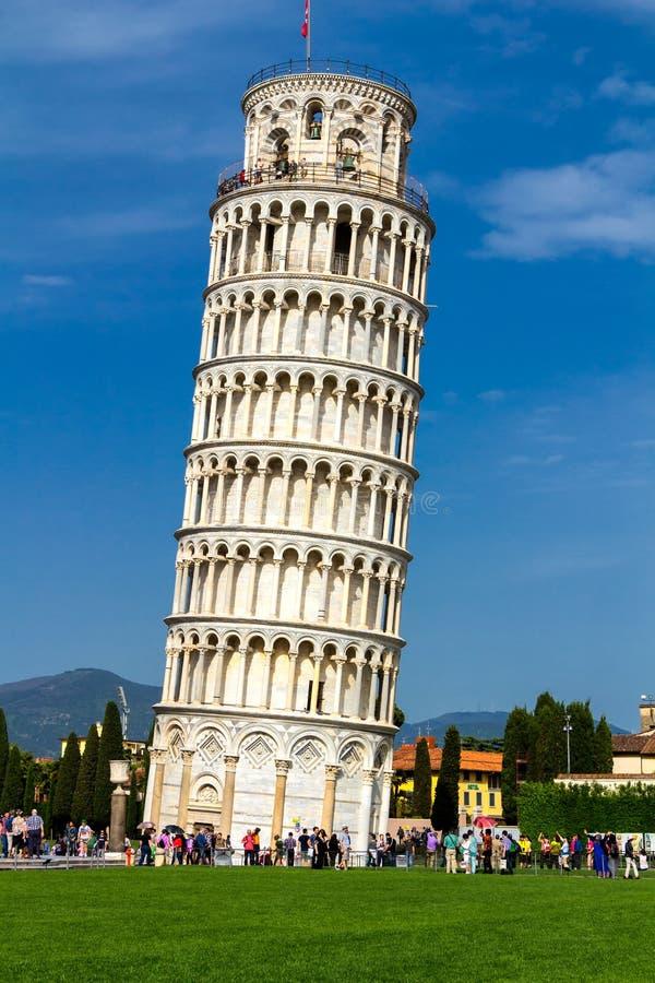 A torre inclinada de Pisa é o campanile, ou sino autônomo imagem de stock