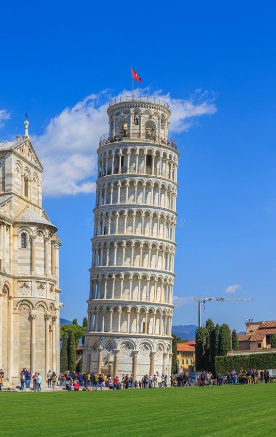 A torre inclinada de Pisa é o campanile, ou torre de sino autônoma, da catedral da cidade italiana de Pisa, conhecida no mundo in fotos de stock royalty free