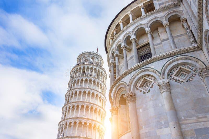Torre inclinada de Pisa com um alargamento do sol no por do sol imagem de stock