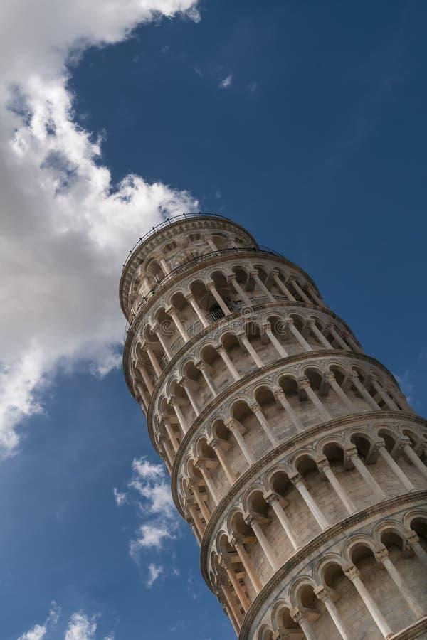 A torre inclinada de Pisa com uma nuvem acima, Toscânia, Itália foto de stock royalty free