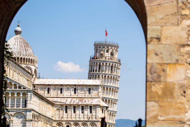 Torre inclinada de Pisa em um dia ensolarado imagens de stock royalty free