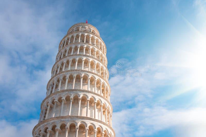 A torre inclinada de Pisa, Itália, na perspectiva de um céu bonito do dia foto de stock