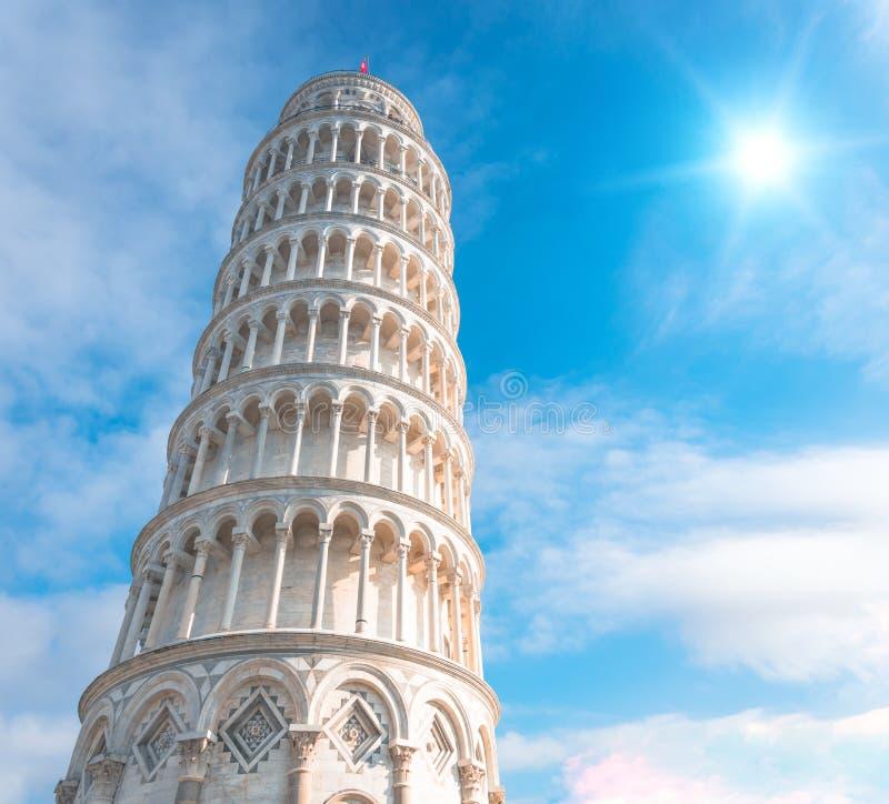 A torre inclinada de Pisa, Itália, na perspectiva de um céu bonito do dia e do sol brilhante imagens de stock royalty free