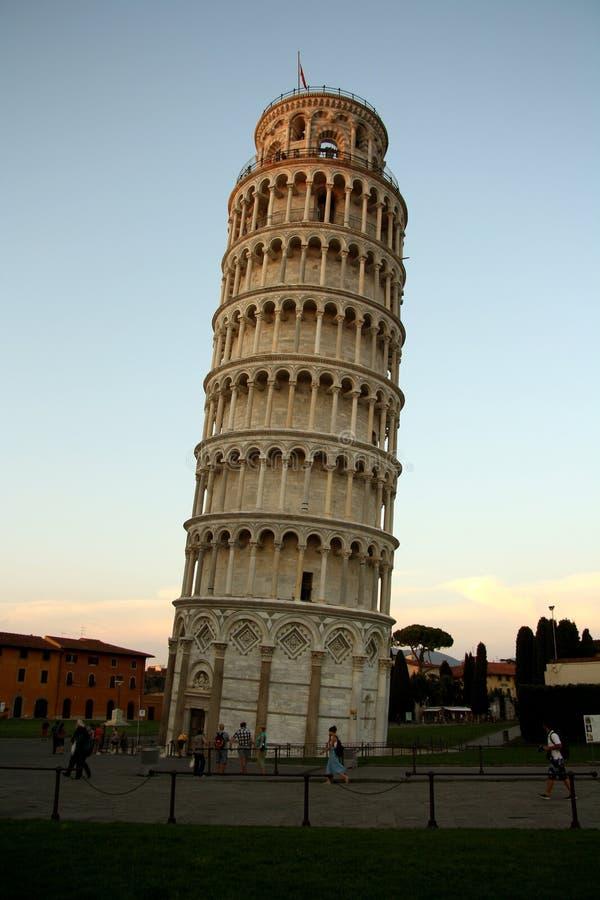 A torre inclinada de Pisa (Itália) no crepúsculo/twilig imagem de stock royalty free