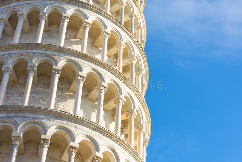 A torre inclinada de Pisa, de Itália, de vista detalhada do fim acima, de arcos e de colunas fotografia de stock royalty free