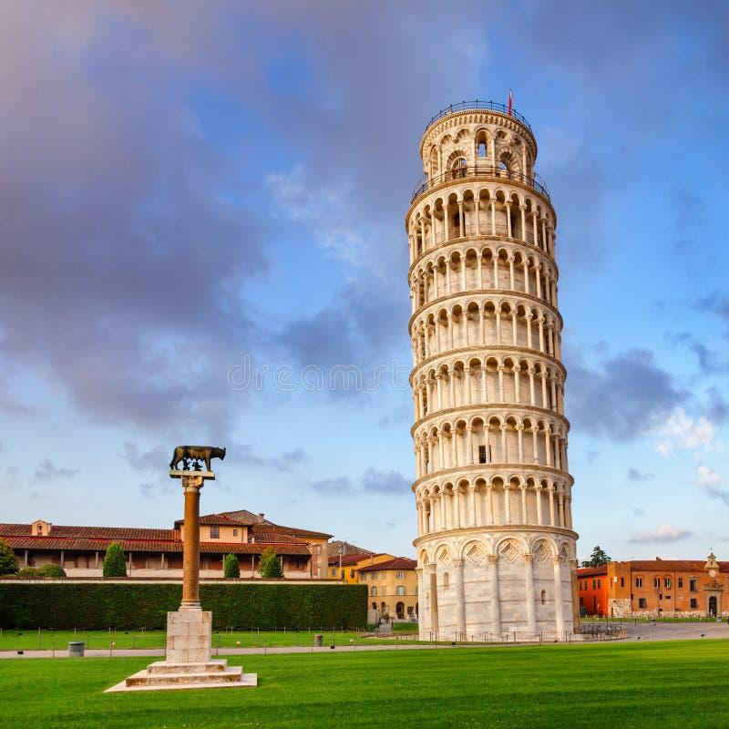 Torre inclinada de Pisa no dei Miracoli aka Praça del Duom da praça fotos de stock