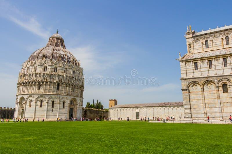 Torre inclinada e catedral de Pisa em um dia de verão em Pisa, Itália fotos de stock royalty free