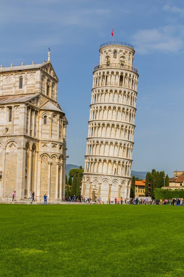 Torre inclinada e catedral de Pisa em um dia de verão em Pisa, Itália fotografia de stock royalty free